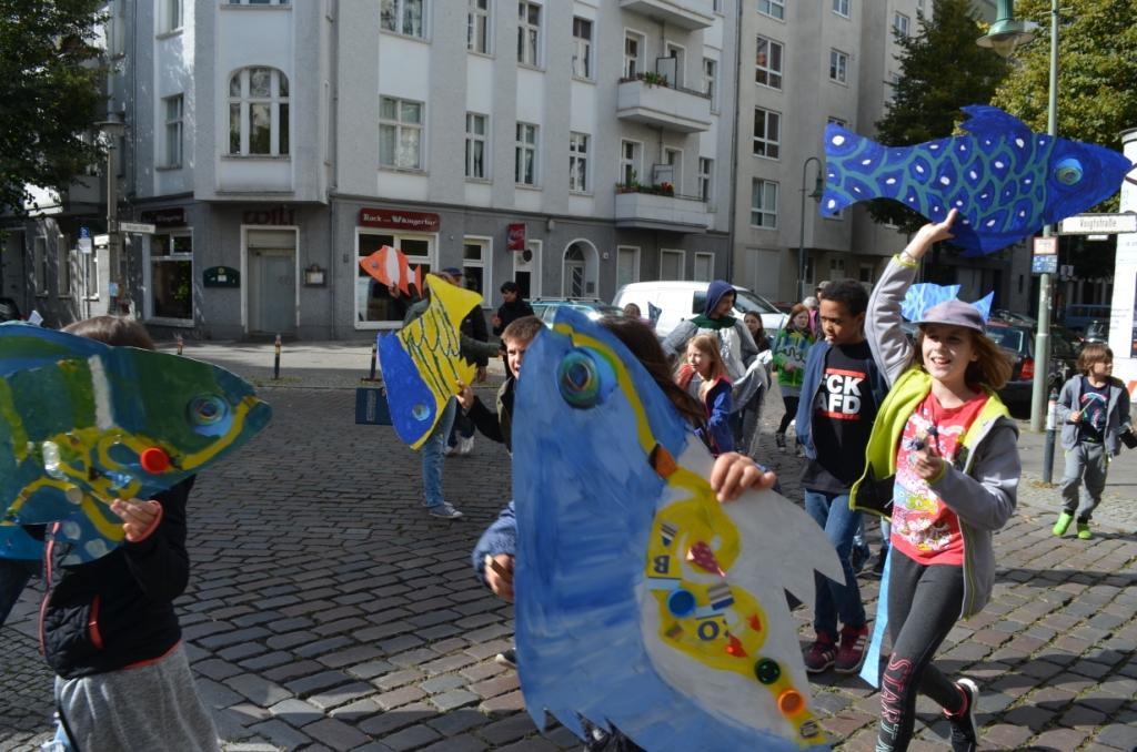 Parade durch den Berliner Bezirk Friedrichhain-Kreuzberg